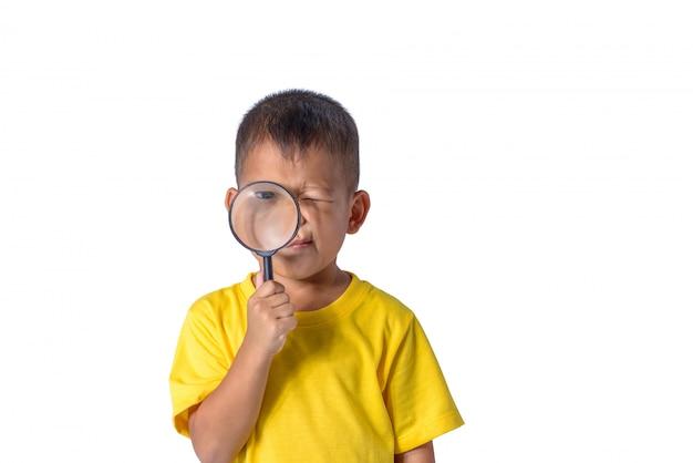 Bambino felice che esplora con la lente d'ingrandimento isolata su fondo bianco