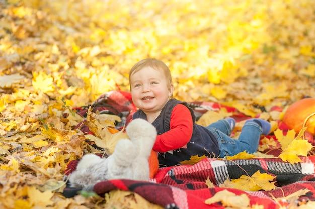 Bambino felice che gioca con l'orsacchiotto
