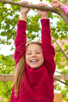 Bambino felice che gioca nel giardino