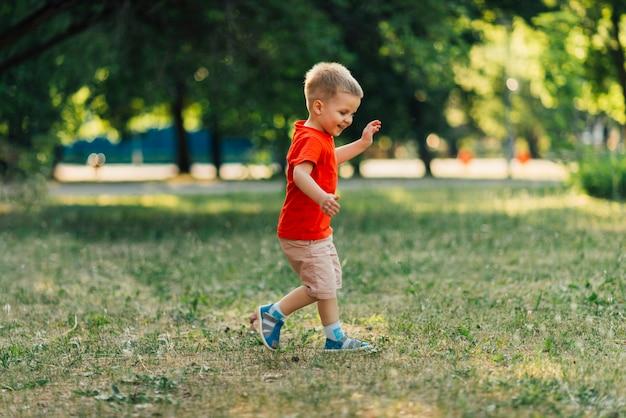 Bambino felice che gioca nel parco