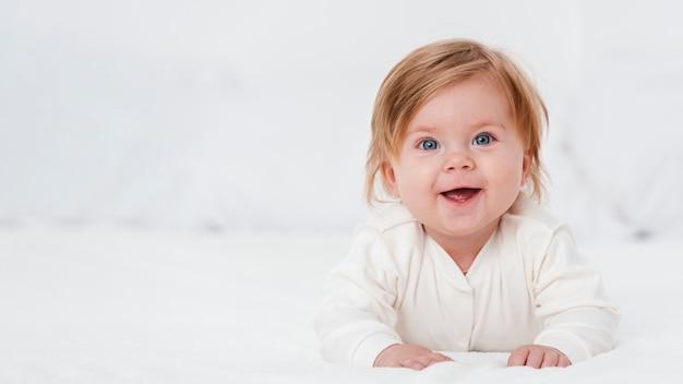 Bambino felice che propone con lo spazio della copia