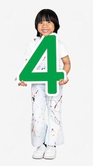 Bambino felice che tiene il numero quattro