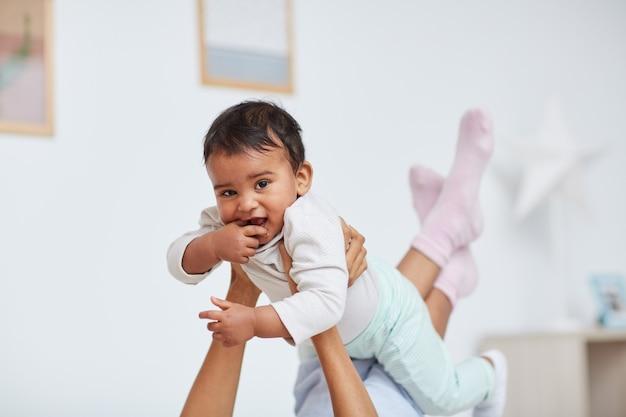 Bambino felice con sua madre