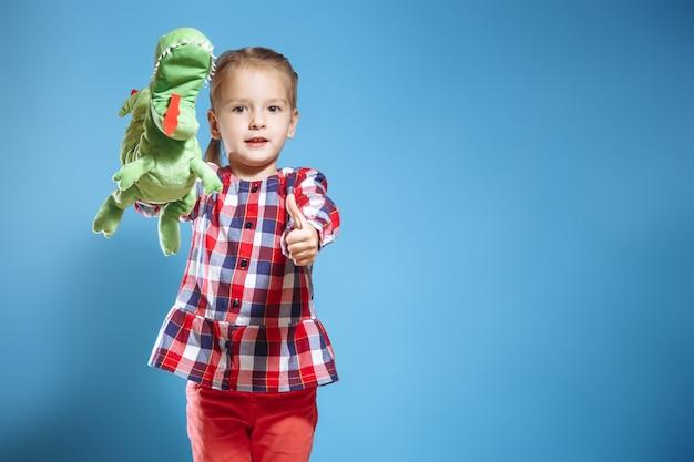 Bambino felice, concetto di divertimento creativo - ragazza che gioca nel teatro