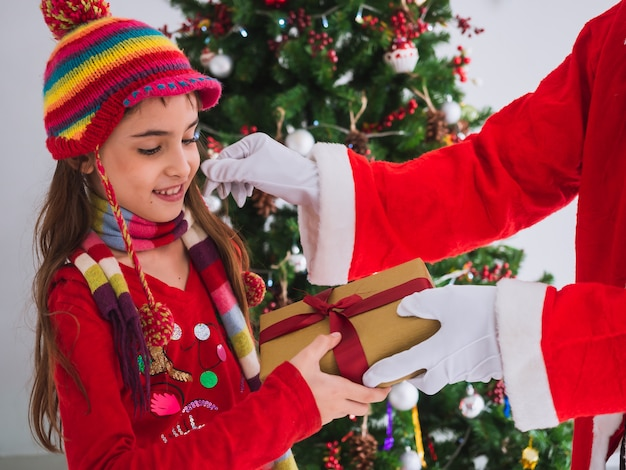 Bambino felice di ricevere regali da babbo natale