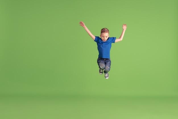 Bambino felice giocando e divertendosi