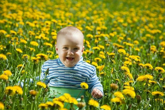 Bambino felice in prato dei fiori