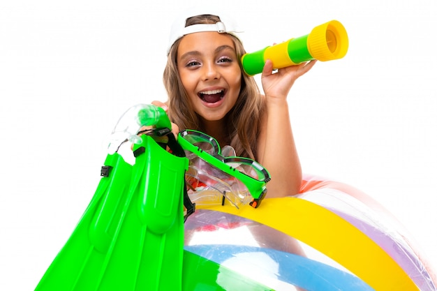 Bambino felice in vacanza estiva, ragazza in costume da bagno con un ampio sorriso sul suo viso