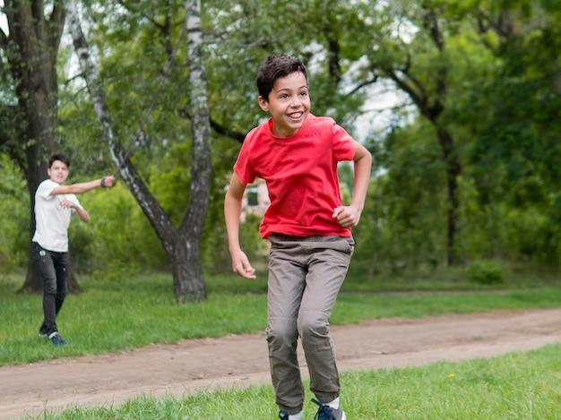 Bambino felice nel gioco della camicia rossa