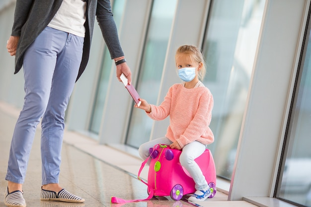 Bambino in aeroporto in attesa di imbarco
