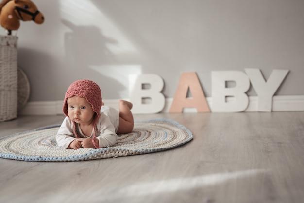 Bambino in berretta nella stanza dei bambini, sicurezza e cura