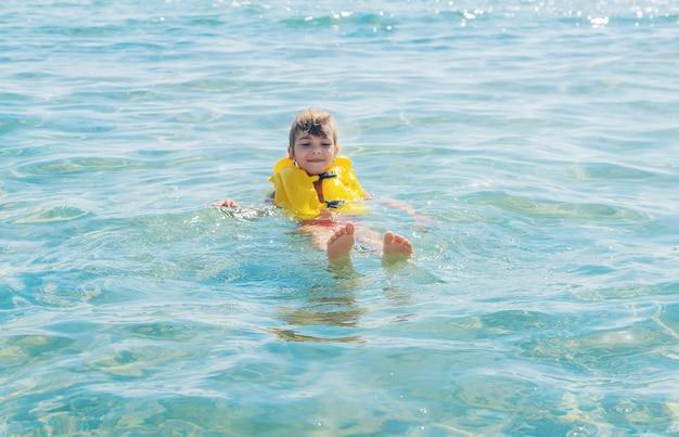 Bambino in mare a riposo. viaggio