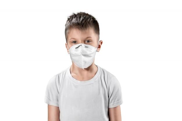Bambino in maschera antipolvere bianco isolato su bianco