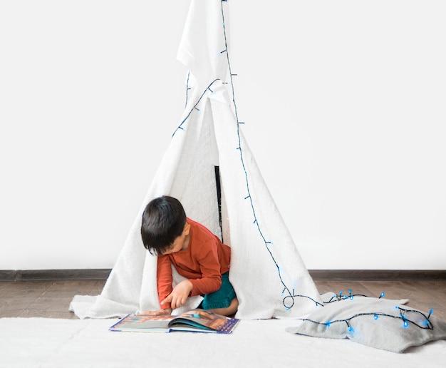 Bambino in tenda giocando a casa