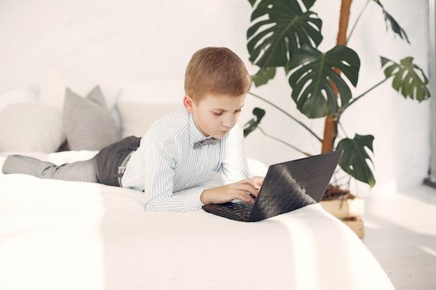 Bambino in ufficio con un computer portatile