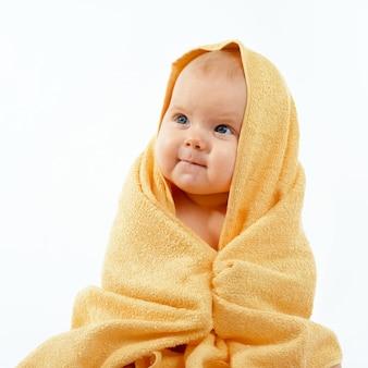 Bambino in un asciugamano giallo