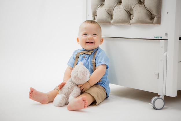 Bambino in un lettino per bambini su grigio