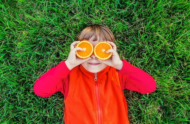 Bambino in un pic-nic con succo e frutta. messa a fuoco selettiva