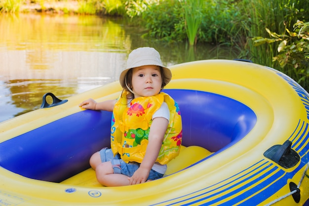 Bambino in una barca gonfiabile