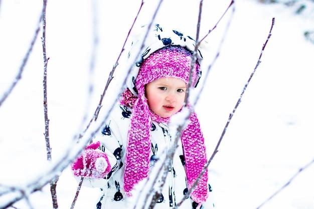 Bambino in una giornata nevosa