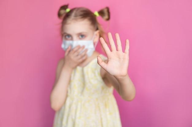Bambino in una maschera medica