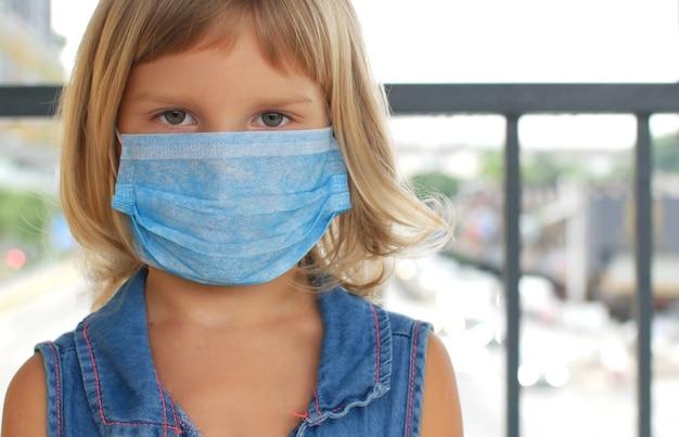 Bambino in una maschera protettiva