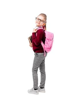 Bambino in uniforme scolastica con zainetto rosa
