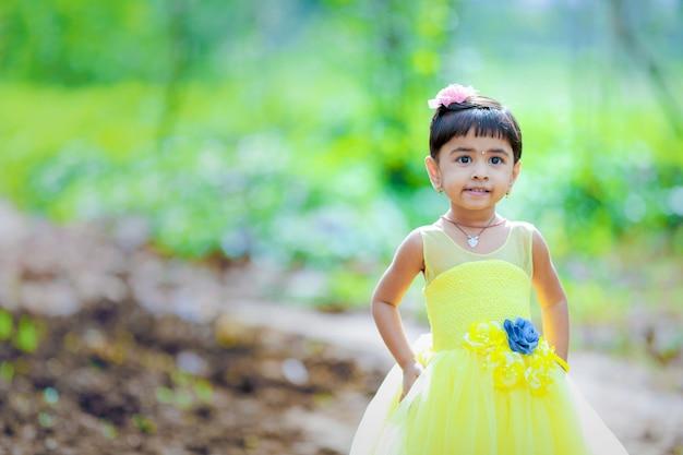 Bambino indiano carino yong in posa