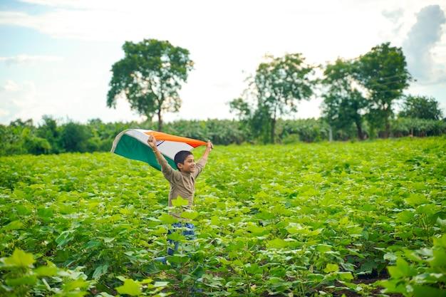 Bambino indiano che celebra l'indipendenza o il giorno della repubblica dell'india