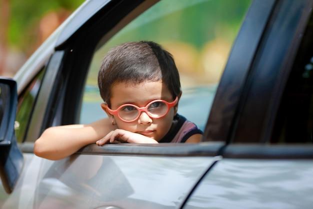 Bambino indiano in auto