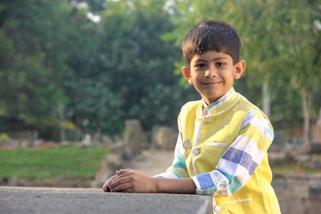 Bambino indiano intelligente