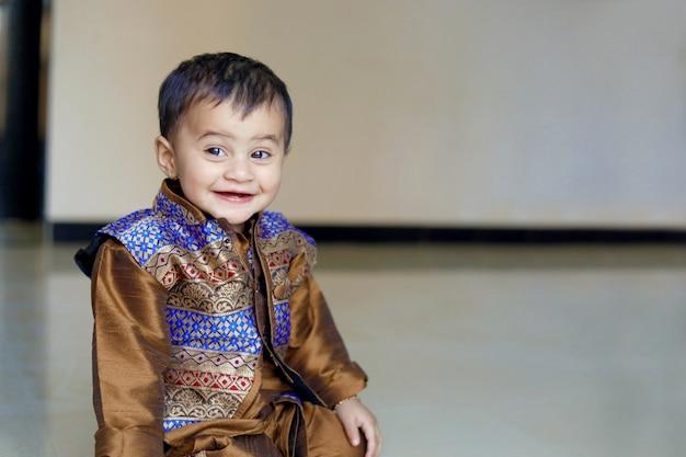 Bambino indiano su abiti tradizionali