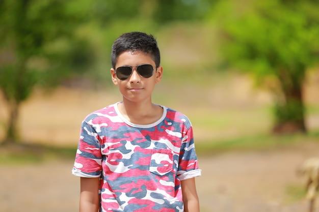 Bambino indiano su occhiali da sole