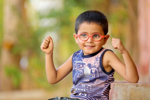 Bambino indiano su occhiali