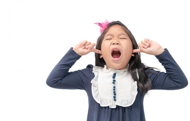 Bambino infastidito che attacca le dita nelle orecchie con gli occhi chiusi