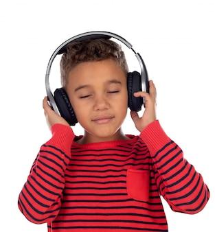 Bambino latino con le cuffie un maglione rosso