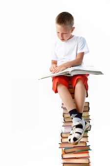 Bambino lettura godendo