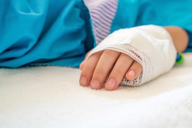 Bambino malato in ospedale, soluzione salina per via endovenosa.