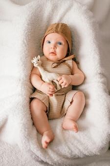Bambino maschio neonato adorabile adorabile con il ritratto dell'interno sorridente di stile di vita felice del fronte da sopra.