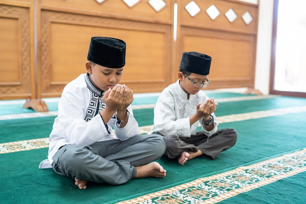 Bambino musulmano che prega dio