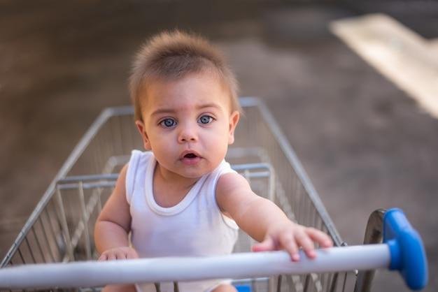 Bambino nel carrello del supermercato
