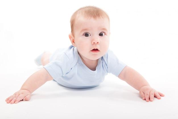 Bambino nel corpo sdraiato sul suo stomaco