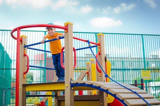Bambino nel parco giochi all'aperto