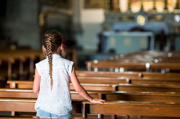 Bambino nella bella chiesa vecchia nella piccola città italiana
