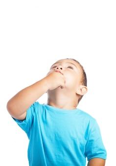Bambino pensive con una mano sul mento