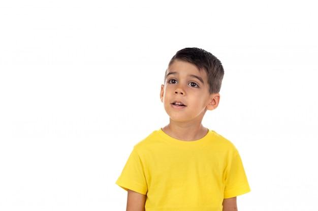 Bambino pensoso con t-shirt gialla