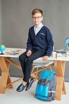 Bambino scolaro in classe
