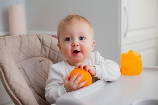 Bambino seduto sulla sedia di un bambino in cucina