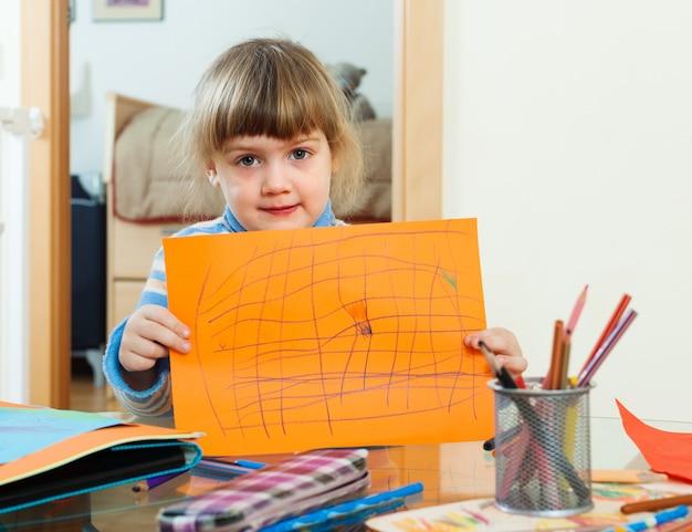Bambino serio con carta stropicciata