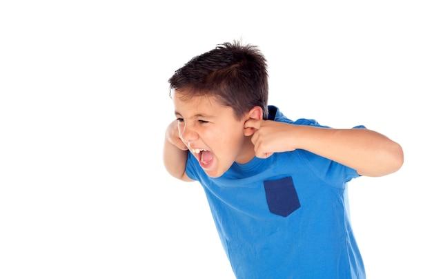 Bambino stressato che copre le orecchie